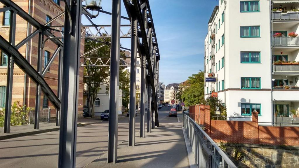 Eisenkonstruktion der Könneritzbrücke mit Blick ins Herz des Wohngebietes