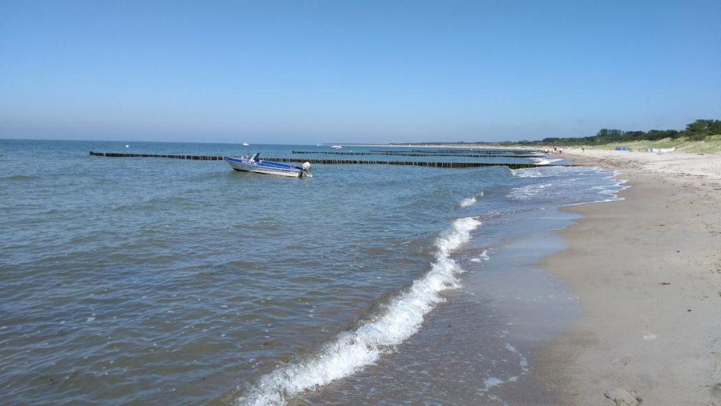 Strand Warnemünde mit Boot und Wellen