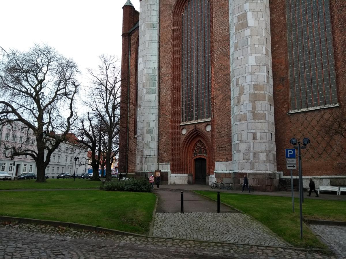 Der Eingang der Kirche St. Marien. Kleine Menschen davor.