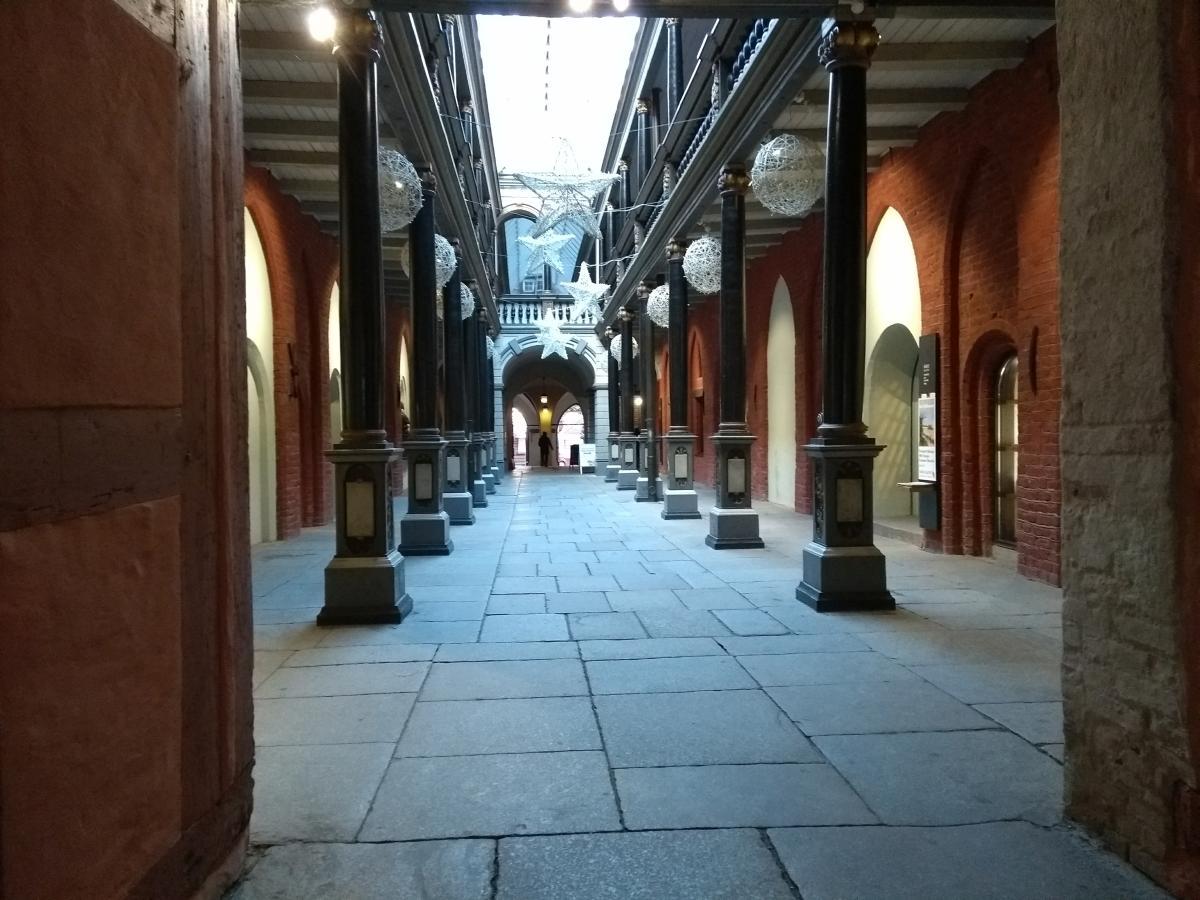 Eine hübsche Passage im Rathaus von Stralsund mit kleinen Läden