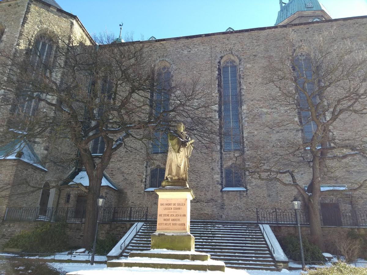 Das Martin-Luther-Denkmal vor der Kirche St.Annen