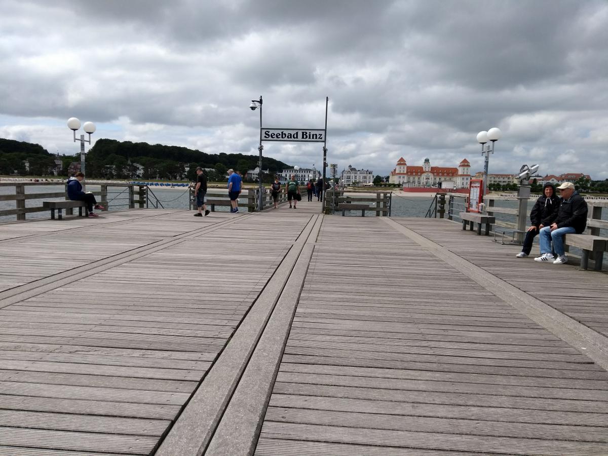 Die Seebrücke in Binz mit Blick landwärts