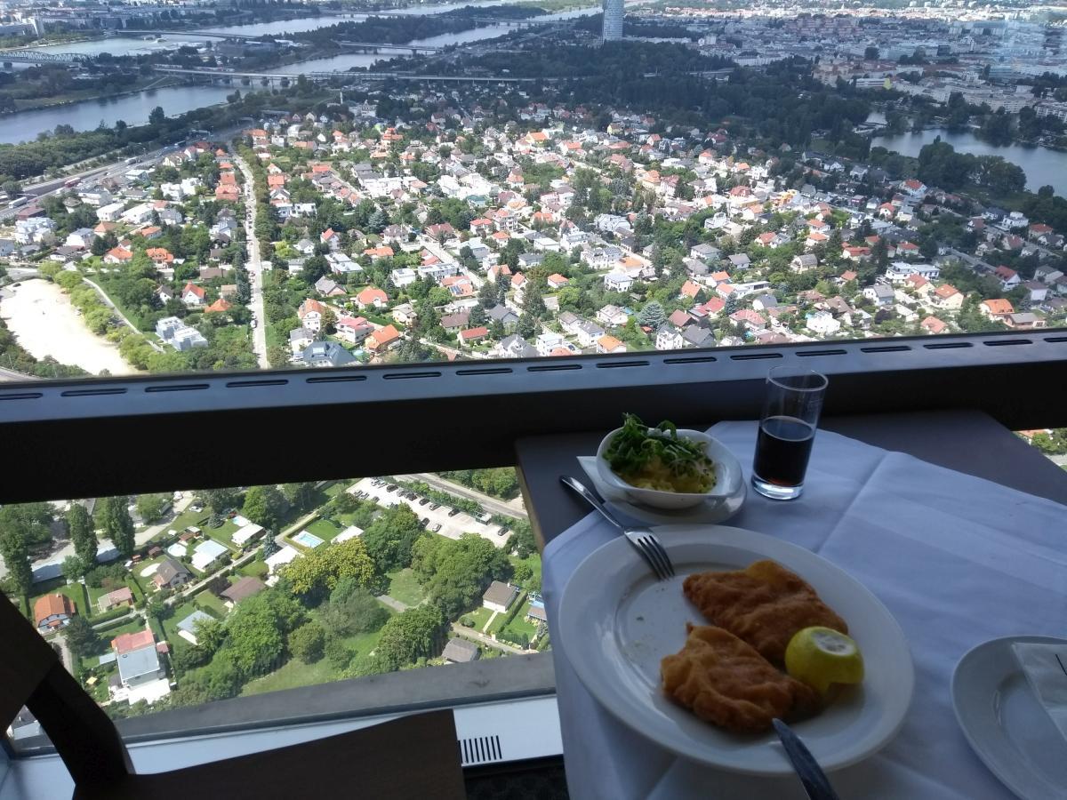 Aussicht beim Mittagessen im Drehrestaurant im Donauturm