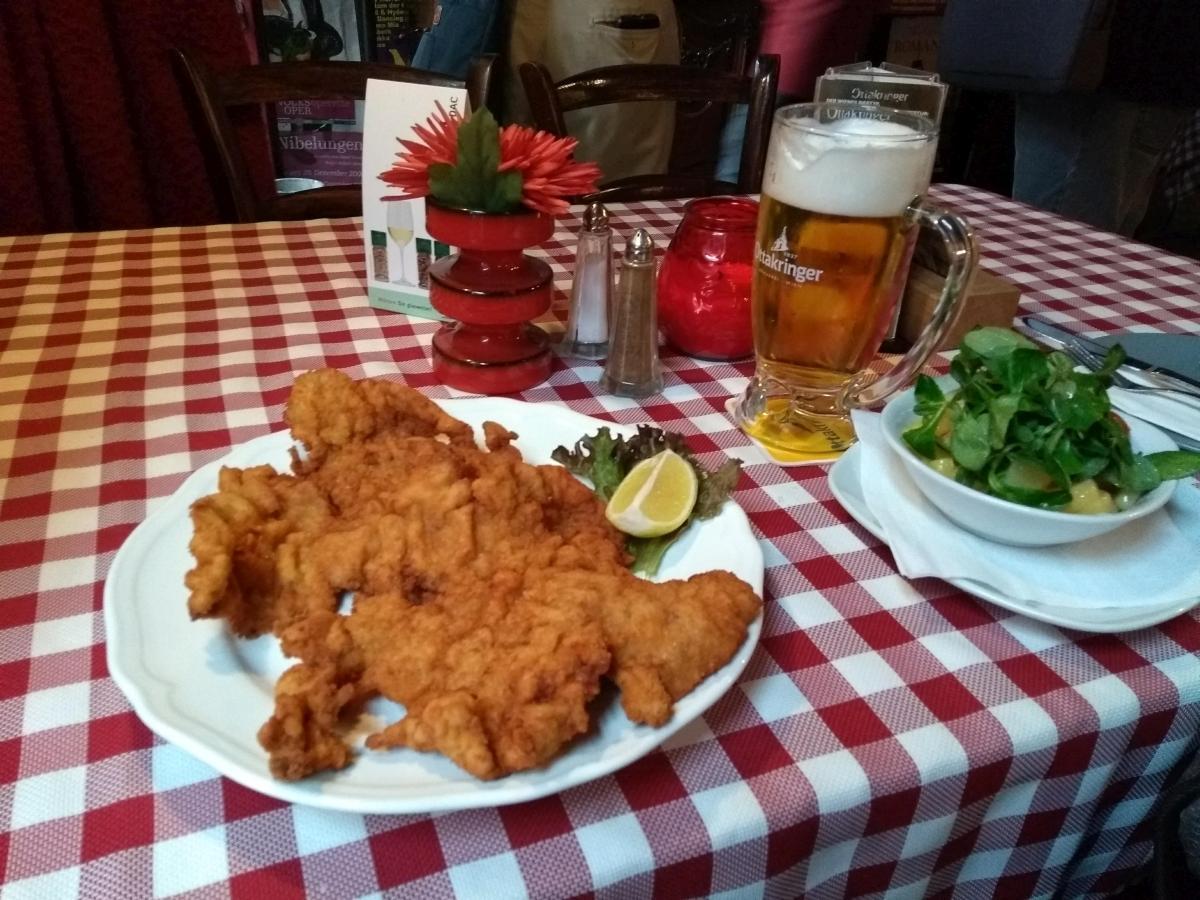Ein echtes Wiener Schnitzel mit Bier