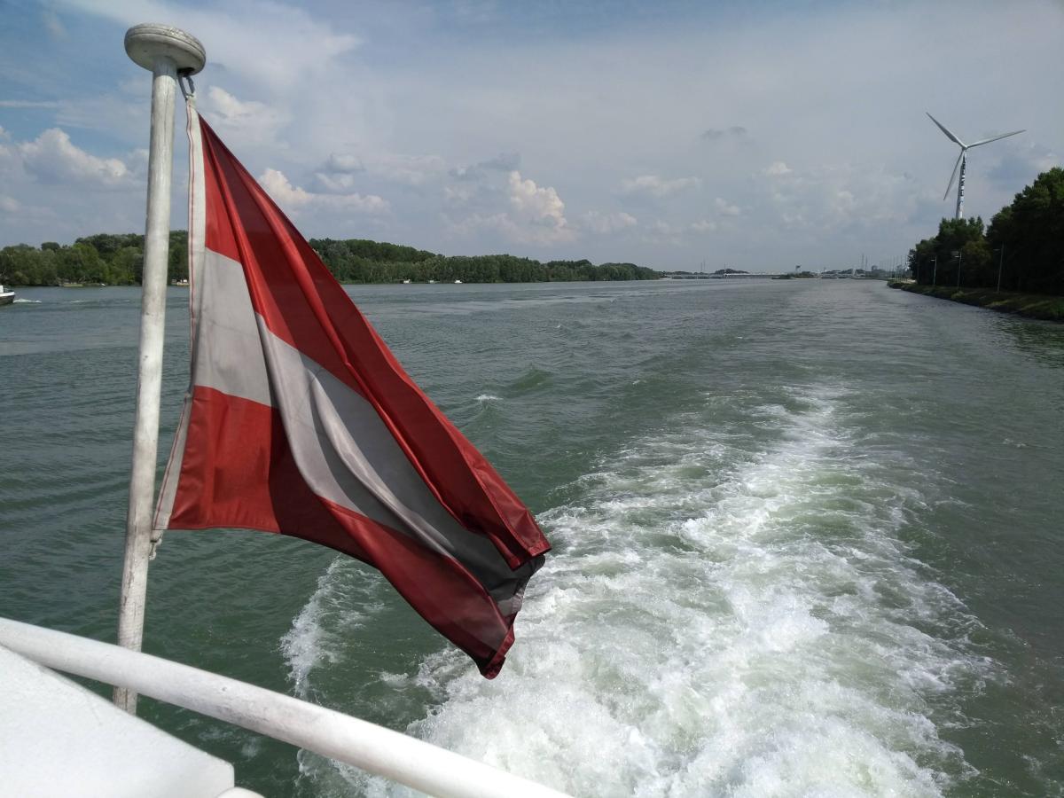 Heck des Bootes der Donaubootsfahrt