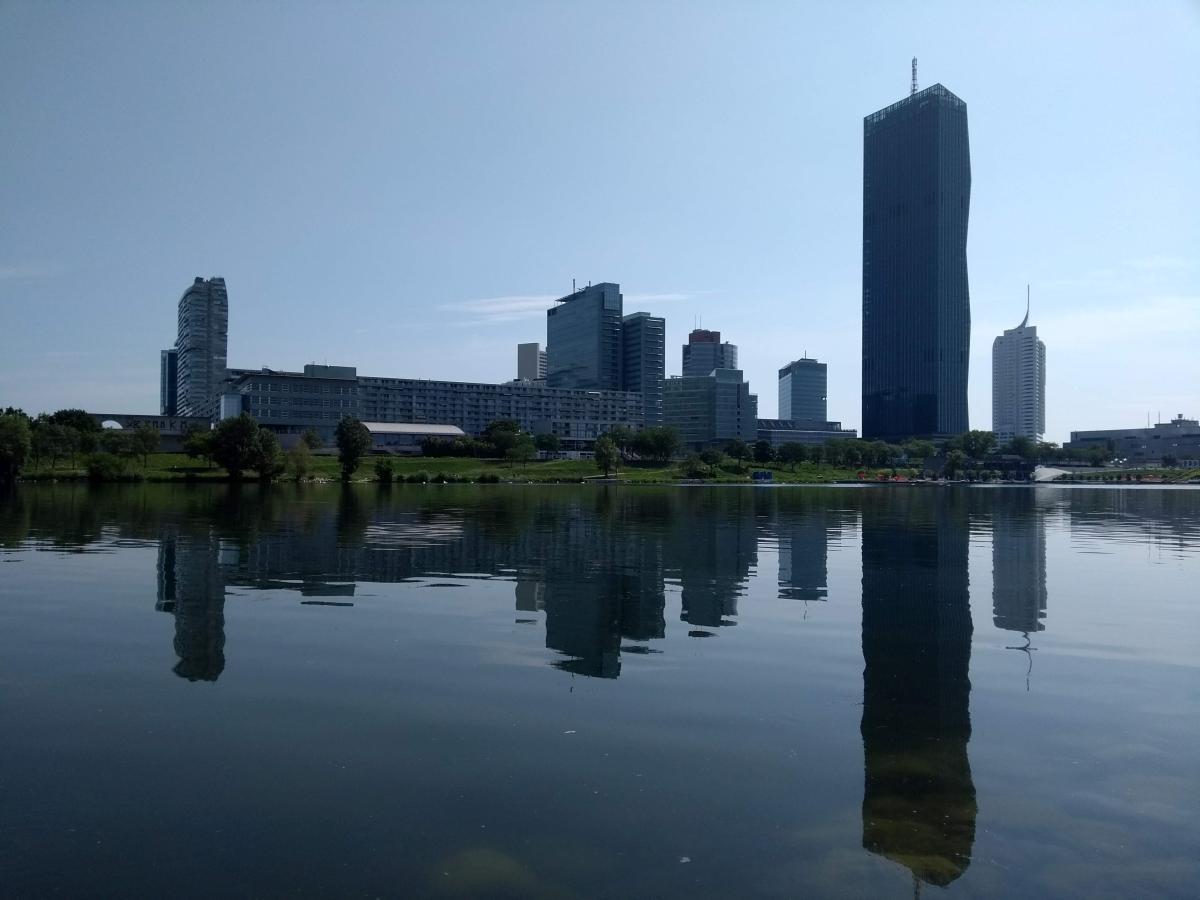 Aussicht auf die UNO-City von der Donauinsel aus