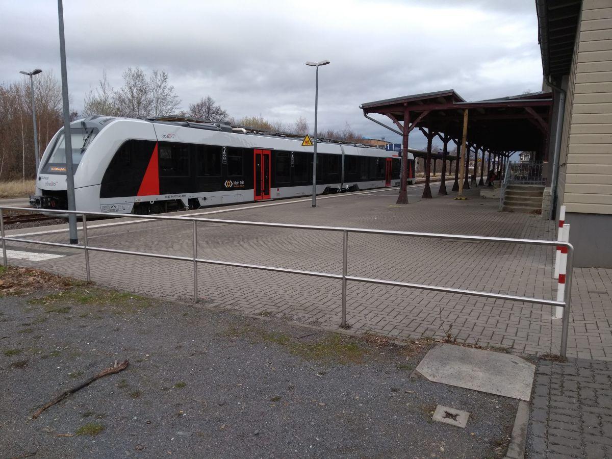 Bahnhof in Thale mit Regionalzug
