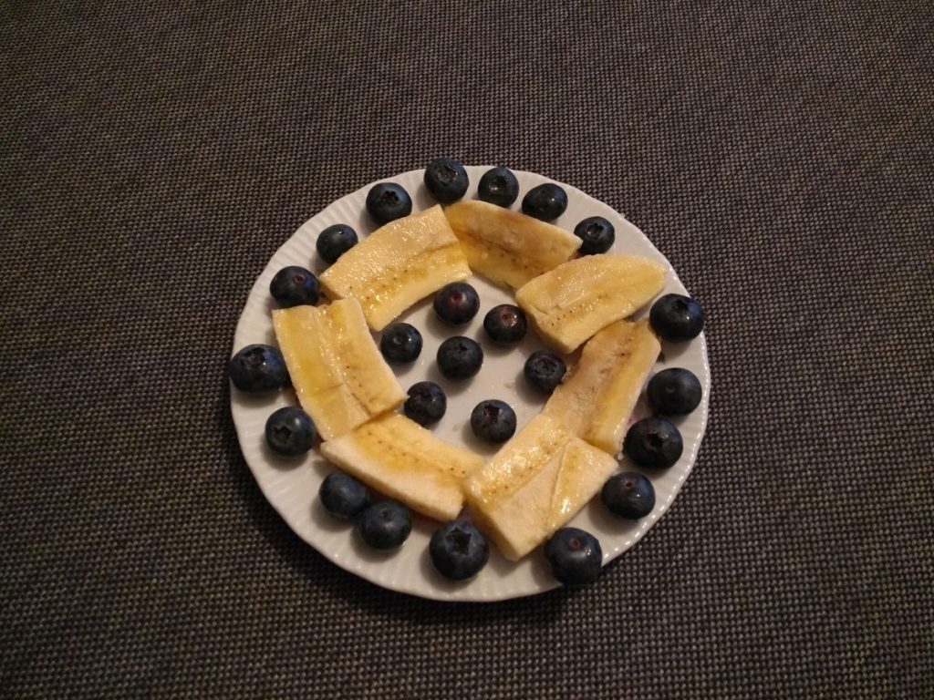 Als Zwischenmahlzeit Bananen mit Blaubeeren