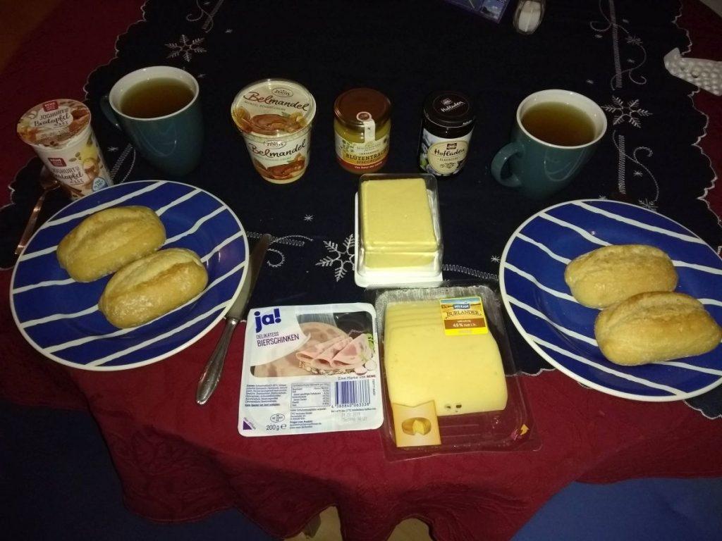 Brötchen, Butter, Bierschinken - alles da für ein schönes Frühstück