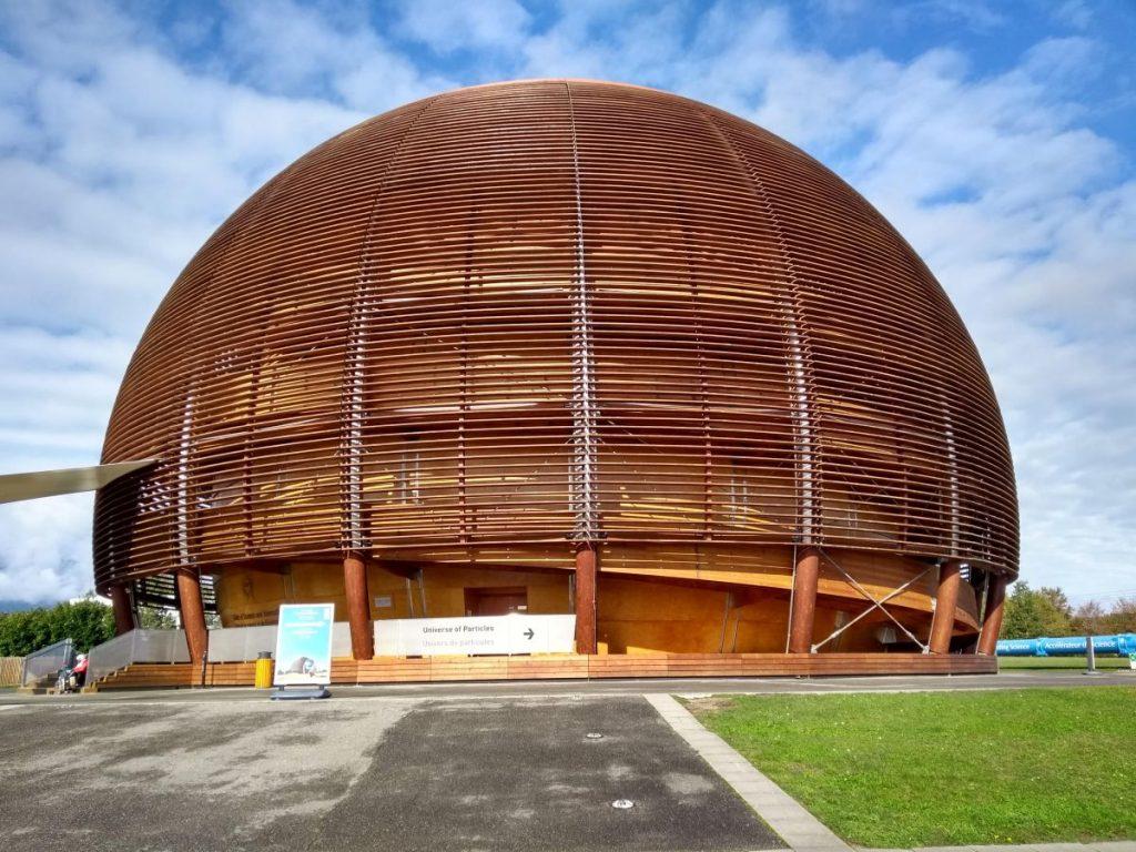 Kugeliges Gebäude in CERN mit dem Universe of Particles