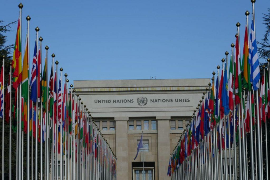 Flaggenmeer vor den Vereinten Nationen