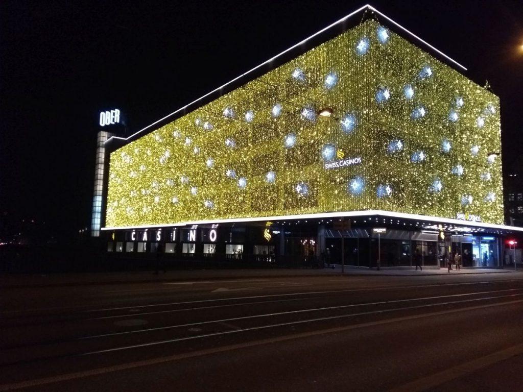 Casino Zürich mit imposanter Beleuchtung des Nachts