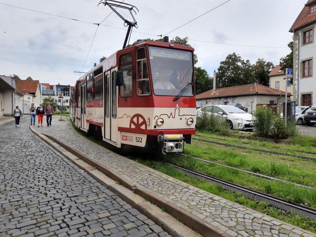 Eine Stadtrundefahrt mit einer alten Straßenbahn in Erfurt