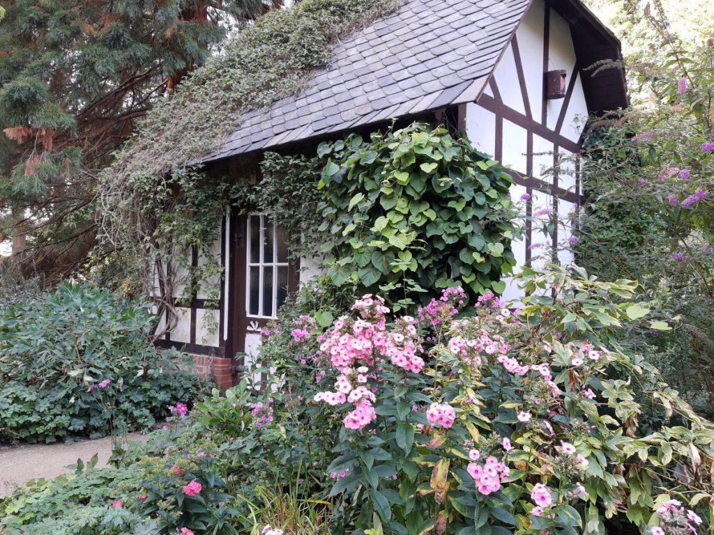 Verwunschenes kleines Fachwerkhäuschen im alten botanischen Garten in Kiel