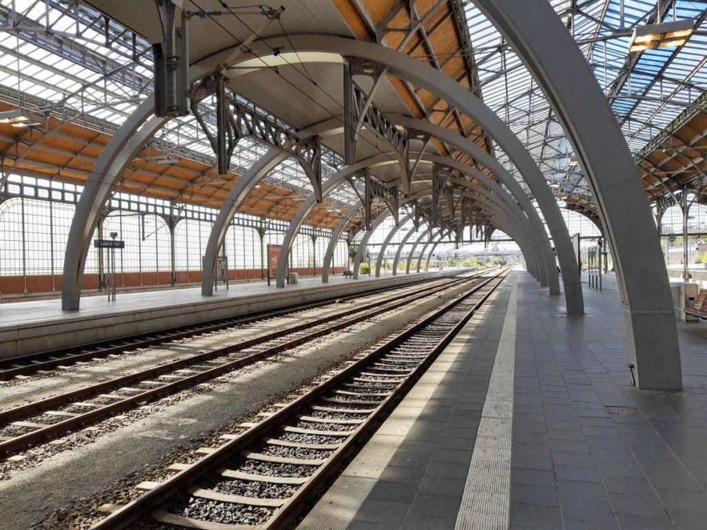 Bahnsteig in Lübeck, kurz vor Einfahrt des Regionalzuges