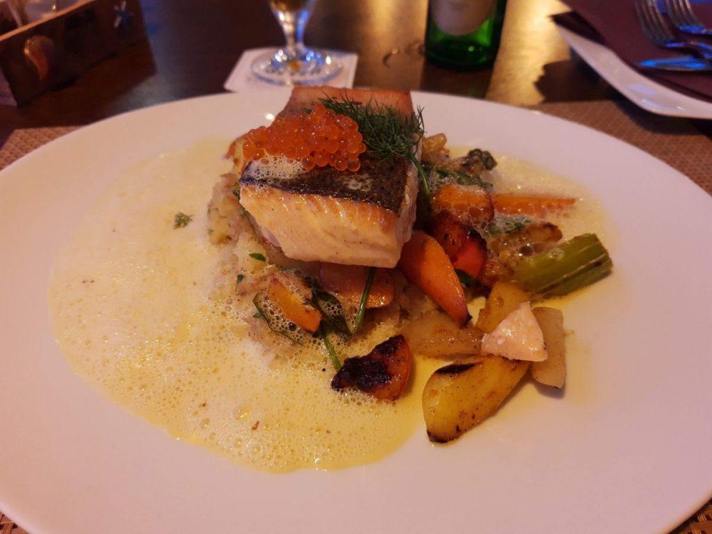 Lachs mit Gemüse, Kaviar und toller schäumiger Soße im Schöne Aussichten in Kiel
