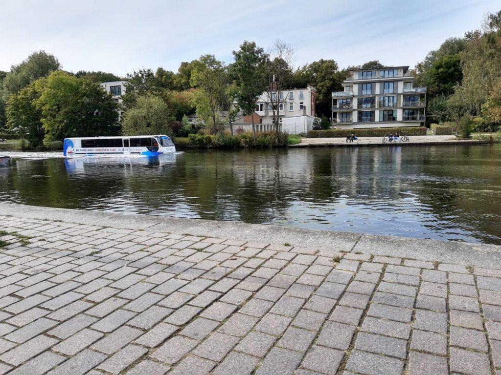 Ein Bus fährt in Lübeck durchs Wasser
