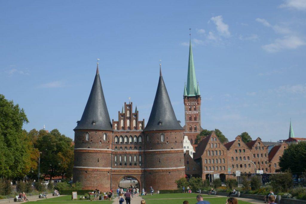 Panorama in Lübeck mit Holstentor und Kirchturm St.Petri