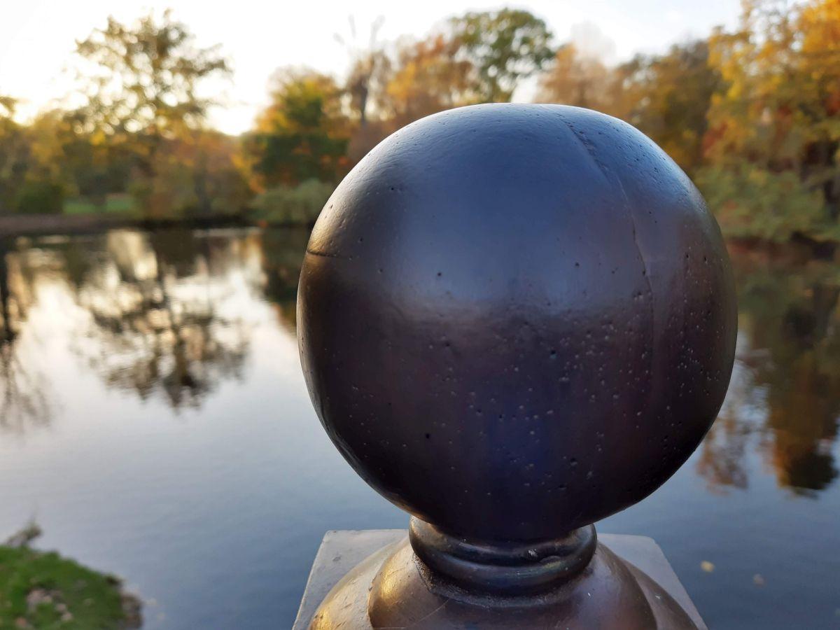 Eine dunkle Kugel, welche die unbekannte Zukunft symbolisiert